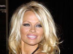 """10. Pamela Anderson La reine des plages s'est fait pincer par le fisc en 2009 pour une fraude fiscale s'élevant à 1,7 millions de dollars. Comme dit l'adage, une fois n'est pas coutume puisque la blonde a recommencé et s'est fait de nouveau avoir en 2012, mais cette fois pour """"seulement"""" 400 000dollars. - Advertisement"""