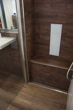 Dusche Sitzbank aus Fliesen in Holzoptik. Bodenebene Dusche mit Rinne in Edelstahl I #Holzfliesen #Fliesenrabatte
