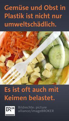 Verpackungen aus #Plastik sind ein riesiges #Umweltproblem. Obst und #Gemüse werden oft in #Plastikschalen verkauft. Ist das besser für die Hygiene? Gleichzeitig boomen auch verzehrfertige #Obst- und Misch-#Salate. Wie sieht es mit der Keimbelastung aus? Beef, Food, Mandarin Oranges, Fruit And Veg, Salads, Meat, Foods, Health, Essen