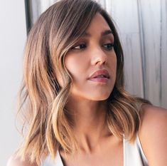 Jessica Alba's All-Natural Approach to Beauty Jessica Alba on how pregnancy helped her understand her allergies, what inspired Honest Beauty, and the perfume for people who hate perfume Jessica Alba Short Hair, Jessica Alba Makeup, Jessica Alba Style, Jessica Alba Lob, Divas, Beauty Makeover, Celebrity Hairstyles, Teen Hairstyles, Casual Hairstyles