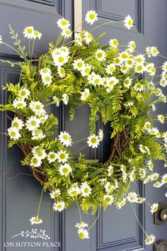 DIY Easy Fern & Daisy Summer Wreath | Add instant curb appeal by making this simple and quick summer wreath. Works on any color door!