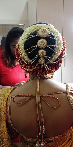 Bride Bun, South Indian Bride Hairstyle, Flower Bun, Bridal Hair Buns, Indian Flowers, Hair Jewels, Wedding Cake Stands, Beautiful Hairstyles, Bride Hairstyles