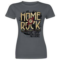Den Traum, das Home of Rock nie zu verlassen, hatte jeder Besucher schon des öfteren. Um das Festival während des restlichen Jahres trotzdem nicht gänzlich hinter sich lassen zu müssen, gibt es dieses T-Shirt. Das Vintage-Logo auf der Front des Shirts lässt Fan-Herzen höher schlagen und in Erinnerungen an das vergangene Festival schwelgen.  #rockamring #empstyle