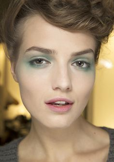 En backstage du défilé Giorgio Armani printemps-été 2014, Fashion Week Milan http://www.vogue.fr/beaute/en-coulisses/diaporama/en-backstage-du-defile-giorgio-armani-printemps-ete-2014-fashion-week-de-milan/15371/image/847957#!11
