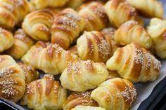 A szezámmagos-sajtos falatkák kívül ropogósak, belül pedig az olvadó sajttól fantasztikusan puhák. Hungarian Desserts, Hungarian Recipes, Homemade Dinner Rolls, Good Food, Yummy Food, Salty Snacks, Bread And Pastries, Sweet And Salty, International Recipes