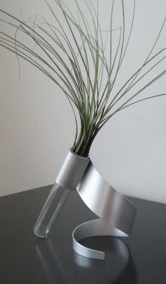 I want this vase. Very...retro I guess the word would be for this. :). I love this!