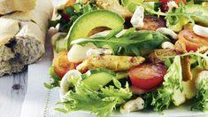 Broileri-avokadosalaatti on houkutteleva ulkonäöltään ja upea maultaan. Se sopii niin arkeen kuin juhlaankin. My Cookbook, Fresh Rolls, Salads, Food And Drink, Ethnic Recipes, Salad, Lettuce