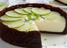 """Inove na sobremesa e inclua a <a href=""""http://mdemulher.abril.com.br/culinaria/receitas/torta-limao-chocolate-484746.shtml"""" target=""""_blank"""">torta de limão com chocolate</a>."""