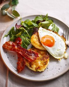 Potato champ cakes with crispy bacon and fried eggs recipe Light Recipes, Egg Recipes, Brunch Recipes, Brunch Ideas, Breakfast Recipes, Vegetarian Recipes, Healthy Recipes, Healthy Food, Brunch Cake
