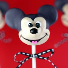 Mickey Mouse Cake Pops - Everyone's favorite mouse makes an appetizing appearance in this cake pop recipe. Bolo Do Mickey Mouse, Mickey Cake Pops, Bolo Minnie, Minnie Cake, Mickey Cakes, Mickey Mouse Birthday, Minnie Mouse, Disney Birthday, Mouse Ears