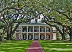 LOVE LOVE Plantation homes! Oak Alley Plantation in Vacherie, Louisiana, built between 1837 - is the southern mansion I dream of living in one day.except in Charleston, SC. Southern Plantation Homes, Southern Mansions, Southern Plantations, Southern Homes, Plantation Houses, Southern Charm, Southern Proper, Magnolia Plantation, Southern Comfort