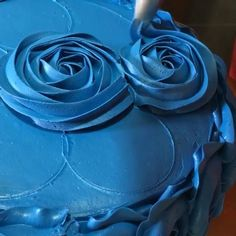 So smart! Make round circles as a guideline to create perfect buttercream…