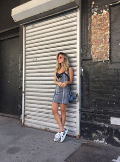 Nati Vozza do Blog de Moda Glam4You dá dica de look de verão com vestido e tênis metalizado. Poses, Casual Looks, Ideias Fashion, Street Style, Shirt Dress, My Style, Shirts, Outfits, Dresses
