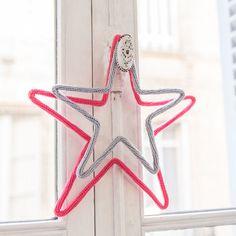 """Sur le sapin ou la cheminée, aux poignées de porte ou de fenêtre, la décoration de Noël se suspend un peu partout dans la maison. Voici des guirlandes, boules et autres objets que nous avons repérés dans les rayons """"déco de Noël"""". La magie commence !"""