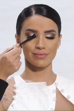 Paleta Pretty Fabulous este ideală atât pentru machiajele de zi cu zi, cât și pentru cele de seară și te va face să te simți fabulos!  Conține 18 culori pigmentate cu un finish mat, metalic, sidefat și gliterat. Datorită texturii fine, se aplică ușor pe pleoape și se difuzează uniform.   Alege-o și tu pentru a străluci în fiecare zi!❤ Makeup Art, Eye Makeup, Flawless Makeup, Beauty Make Up, Makeup Inspiration, Eyeshadow Palette, Lipstick, Cosmetics, Pretty