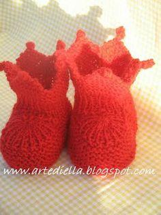 basta un filo........ lavori a maglia per bambini:    Per le spiegazioni di queste adorabili scarpine...