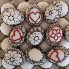 Drátované+kraslice+-+v+černém+drátku.+Bílé+slepičí+výdumky+opletené+tmavým+drátkem.+Cena+za+jeden+kus. Wire Ornaments, Here Comes Peter Cottontail, Carved Eggs, Egg Tree, Easter Egg Designs, Ukrainian Easter Eggs, Easter Crochet, Egg Decorating, Egg Shells