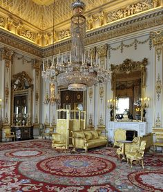 Every year we get a glimpse into the royal Christmas when the queen delivers her annual message at Buckingham Palace — but how is the rest of her famous Buckingham Palace London, Kensington, Royal Christmas, Royal Residence, House Of Windsor, Windsor Castle, Royal Palace, Historic Homes, Beautiful Interiors