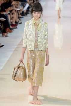 Regarde les Shoes.  Même si c'est la mode, c'est non pour moi. Par contre la tenue est sympa. Rochas, Défilé Printemps-été 2014 - Vogue.fr