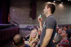 O app Crowd Mics permite que o smartphone das pessoas em um evento sejam transformados em microfones para participação nas palestras.