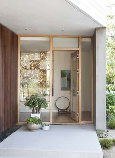 Ashland Modern 01 Disc Interiors Design a Contemporary Residence in Santa Monica, California Minimalist Architecture, Contemporary Architecture, Santa Monica, Earthy Decor, Interior And Exterior, Interior Design, Front Door Design, Glass Front Door, Tulum