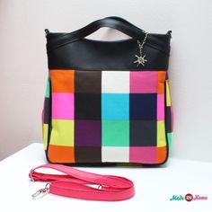 Názov: Kabelka <br>Vonkajší materiál: Koženka / 100% bavlnené plátno <br>Vnútorný materiál: 100% bavlna <br>Farba: čierna, ružová / farebné štvorce <b