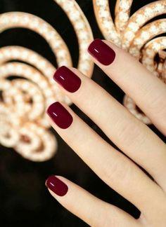 Nails casual Quadrat Nagellack mit weinrote Farbe für den Herbst Esmalte quadrado com cor marrom para o outono Dark Red Nails, Burgundy Nails, Red Burgundy, Red Gel Nails, Maroon Nails, Shellac Nails Fall, Oxblood Nails, Black Gold Nails, Pink Nail