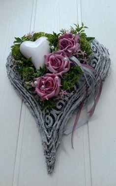 Grave Flowers, Funeral Flowers, Grave Decorations, Heart Decorations, Funeral Flower Arrangements, Floral Arrangements, Rosen Tattoo Frau, Diy Wreath, Wreaths