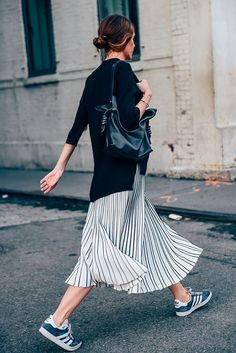 Street style | Black sweater over maxi skirt, tennis sneakers and a handbag
