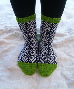love these socks Knit Socks, Knitting Socks, Hand Knitting, Boot Toppers, Yarn Inspiration, Knitting Ideas, Diy Crochet, Bunt, Mittens