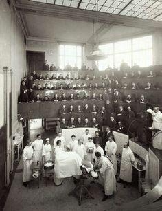 intervención quirúrgica de H. Walter en anfiteatro para formación de estudiantes de medicina (1910)