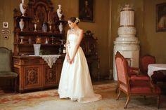 Langes Brautdirndl mit Schleppe aus champagnerfarbenem Seidenbrokat