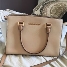 Michael Kors purse Makes a great spring/summer bag! In excellent condition, 100% authentic Michael Kors Bags Shoulder Bags