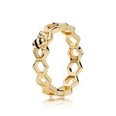 Traktuj każde wyzwanie jak słodką przygodę z pierścionkiem z serii PANDORA Shine. Ten olśniewający srebrny element z motywem plastra miodu doda Ci pewności siebie. LIMITOWANA EDYCJA