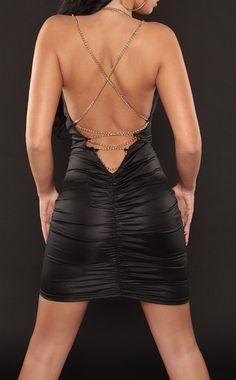 Vestido negro corto con cadenas