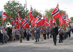 5月17日の憲法記念日のパレードで、ノルウェーの国旗を持って行進するボーイスカウトたち。  ◆ノルウェー - Wikipedia http://ja.wikipedia.org/wiki/%E3%83%8E%E3%83%AB%E3%82%A6%E3%82%A7%E3%83%BC #Norway