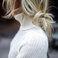 Rien de tel qu'une coiffure coiffée/décoiffée pour accompagner un col roulé ! (blog Happily Grey)