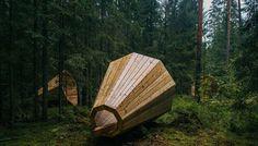 Pour écouter les sons de la forêt, des étudiants ont créé des mégaphones géants Un groupe d'étudiants en architecture d'intérieur a construit de gigantesques mégaphones en bois dans les profondeurs d'une forêt en Estonie. Il s'agit d'une installation acoustique de …