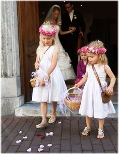 Haarkränzchen: drei blüten Fotografie: Stefan Keller Girls Dresses, Flower Girl Dresses, Wedding Dresses, Flowers, Fashion, Hair Garland, Fascinators, Basement, Flower Girl Gown
