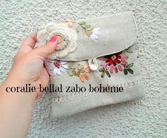 Pochette en lin broderie aux rubans molletonnée intérieur lin blanc cousue main…