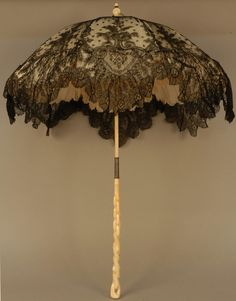 Edwardian Victorian Parasol: folding chantilly lace parasol with carved ivory handle. 1870s Fashion, Edwardian Fashion, Vintage Fashion, Vintage Lace, Vintage Dresses, Vintage Outfits, Historical Costume, Historical Clothing, Antique Clothing