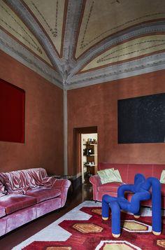 La maison de RobertoBaciocchi en Toscane Dans le salon rose, les murs et le plafond ont gardé leurs teintes d'origine du XVIIIesiècle. Les deux canapés vintage, recouverts de velours, datent des années 1970, comme le tapis. Le fauteuil bleu Ekstrem est une icône des années 1980 de Terje Ekström. Les tableaux monochromes sont d'un ami peintre.