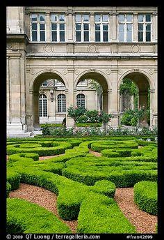 Inspiration! Garden of hotel particulier. Paris, France