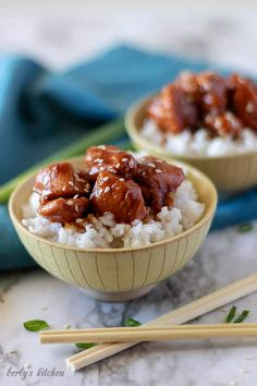A close-up photo of the finished Mongolian chicken in bowls with blue towels and chopsticks.