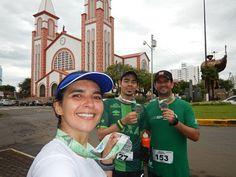 Final da Meia Maratona de Chapecó. Foto em frente ao monumento O Desbravador e a Igreja Matriz de Santo Antônio.