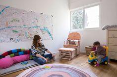 חדרה של הבת הפעוטה תוכנן כך שבעתיד אפשר יהיה להלין בו ילד נוסף. על הקיר תלוי איור בשחור-לבן, שקנתה אמה בחנות ''מרסי'' בפריז, וצבעה חלקים ממנו ( צילום: שי אפשטיין )