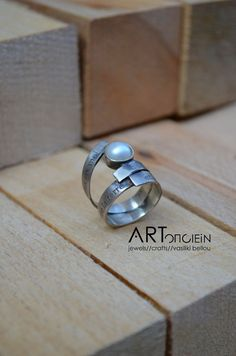 Silver ring with pearl at ARTopoiein jewels