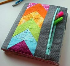 My Zippy Quilter's Planner Cover (The Crafty Quilter) You've probably heard me mention the Quilter's Planner, (one of my new favorite organizational tools) designed by Stephanie Palmer of Late Night Quilter. Well it just got even better because it has a Small Sewing Projects, Sewing Crafts, Diy Projects, S Planner, Fabric Book Covers, Bible Covers, Ideias Diy, Book Quilt, Journal Covers
