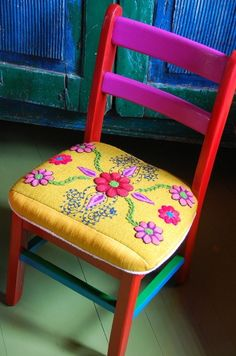 The Travel Tester Travel Style Guides bring you home decor and clothing inspiration from all over the World! This week: Moedern Mexican Home Decor. Mexican Chairs, Mexican Furniture, Mexican Kitchen Decor, Mexican Home Decor, Mexican Kitchens, Painted Chairs, Painted Furniture, Diy Furniture, Mexican Bedroom