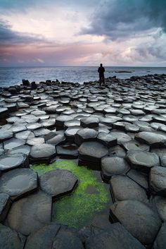 UK IRlande - The Hexagons - Giant's Causeway, interlocking basalt columns, the result of an ancient volcanic eruption. Located in Northern Ireland, it was declared a World Heritage Site by UNESCO in Oh The Places You'll Go, Places To Travel, Travel Destinations, Places To Visit, Dream Vacations, Vacation Spots, Vacation Travel, Solo Travel, Us Travel